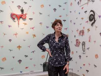 La artista francesa Annette Messager dentro de su 'Habitación de úteros'