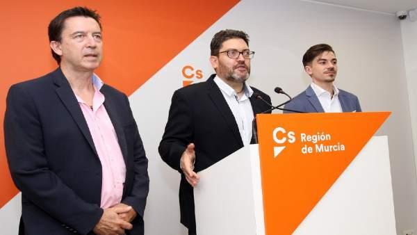 Miguel Sánchez, en el centro, presenta la Ley en rueda de prensa