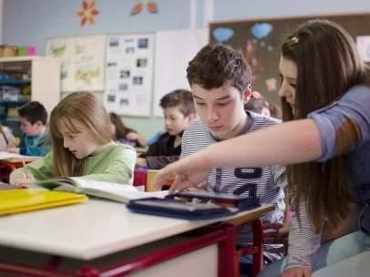 Alumnos trabajando en clase.