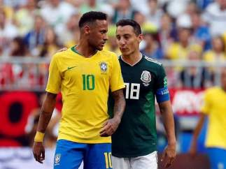 Guardado y Neymar, en el encuentro entre Brasil y México de Rusia 2018.