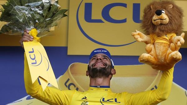 El colombiano Gaviria celebra su primera victoria en el 'Tour' de Francia 2018.
