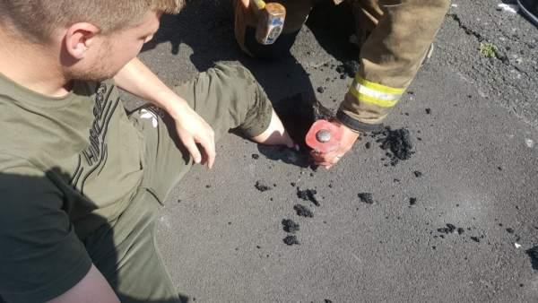 Joven atrapado en el asfalto