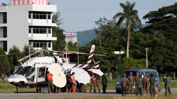 14.45 h Soldados y policías tailandeses evacúan en helicóptero a uno de los niños  rescatados de la cueva de Chiang Rai f5c4d91357b77