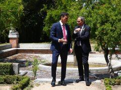 Sánchez pasea con Torra por la Moncloa