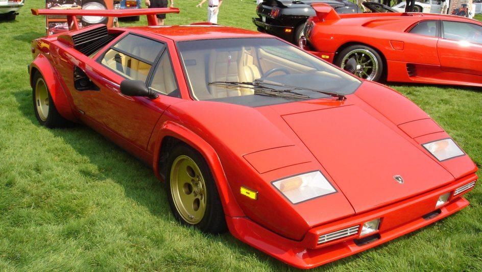 Lamborghini Countach. Las noches de Miami del años 80 del siglo pasado vieron al Countach como uno de los deportivos más especiales en sus calles. Las entradas de aire de gran tamaño o su enorme alerón, sus dos señas de identidad.