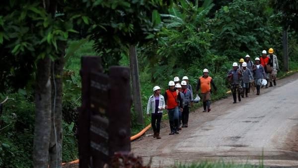 Miembros de los equipos de rescate en Tailandia