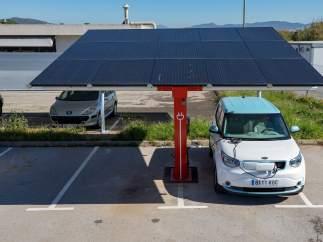 Las fotolineras aprovechan la energía solar para recargar vehículos eléctricos.