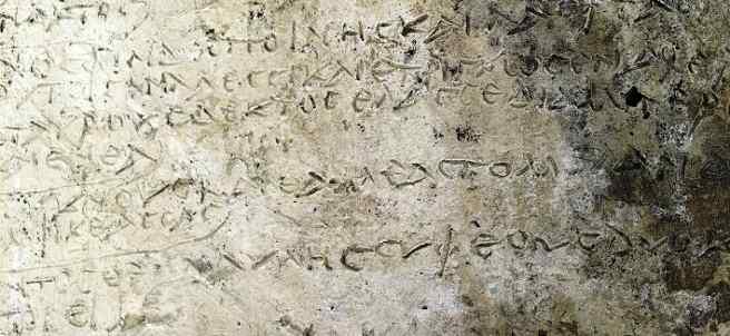 Detalle de la tablilla grabada con varios versos de 'La Odisea' de Homero.