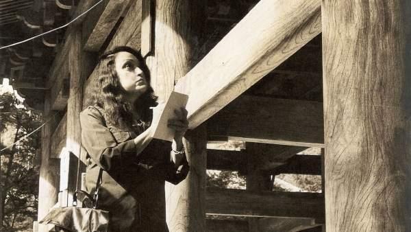 Lina Bo Bardi toma notas en su visita a Japón, década de 1970