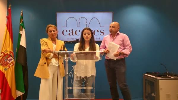 Elena Nevado, Elena Muñoz y Pedro Muriel tras la firma del convenio.