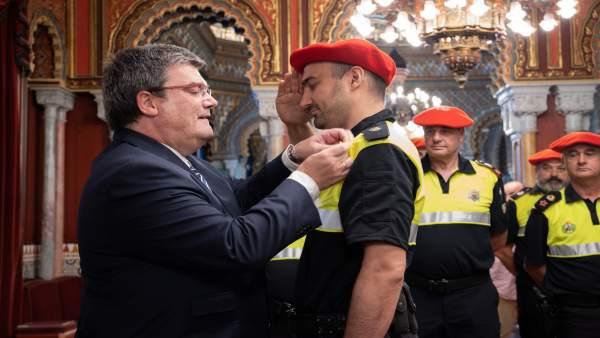 El alcalde entrega la medalla al agente distinguido