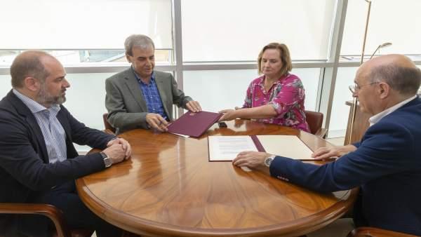 El consejero de Presidencia, Rafael de la Sierra, con representantes de CERMI