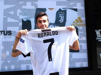 Un aficionado de la Juventus posa con la camiseta de Cristiano Ronaldo.