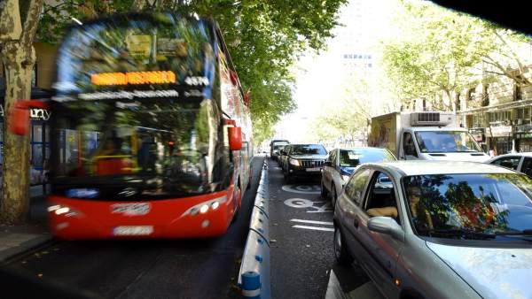 Un bus urbano circula por el carril bus