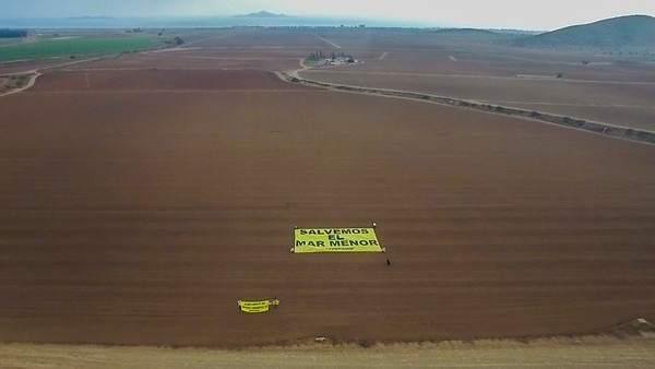 Greenpeace despliega pancarta para exigir que se proteja el Mar Menor
