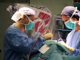 Imagen de dos cirujanos interviniendo a un paciente con anorexia severa en el Hospital del Mar de Barcelona.