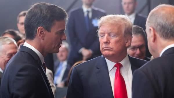 Pedro Sánchez conversa con Donald Trump.
