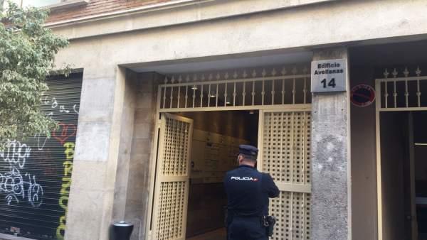 Un agente de Policía en la sede de Divalterra tras las detenciones en 'Alqueria'