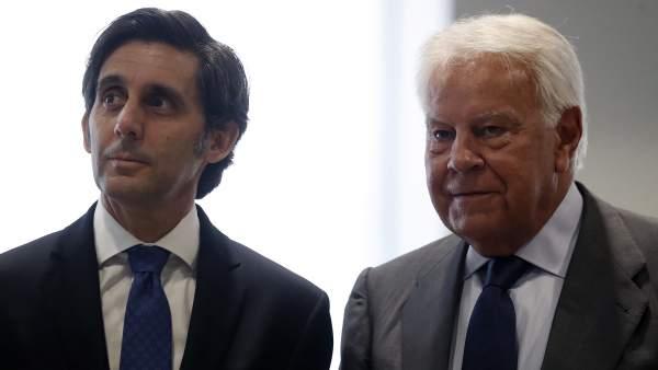 El presidente de Telefónica, José María Álvarez-Pallete, junto al expresidente Felipe González, este jueves en Madrid.
