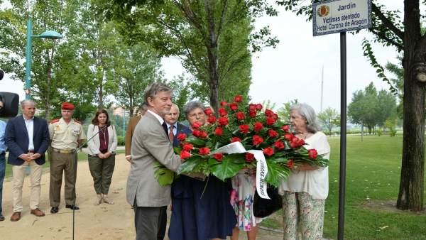 Ofrenda flora a las víctimas del Hotel Corona