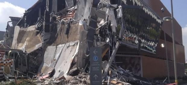 Imágenes del derrumbe del centro comercial Plaza Artz.