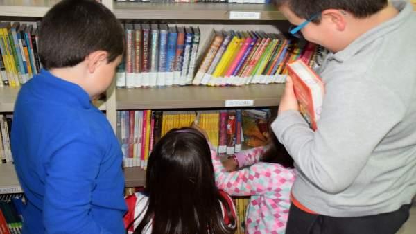 Niños en una biblioteca de la provincia de Cáceres