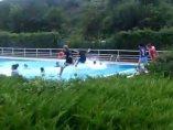 Chavales se bañan en un piscina