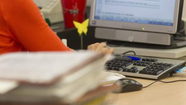 El Consell aprova el decret per a traslladar l'augment salarial de 150.000 empleats públics que contemplen els PGE