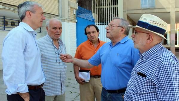 Azcón (PP) con vecinos de La Romareda