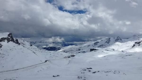 Portalet zona de esquí con raquetas en zona francesa