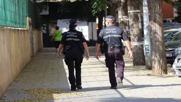 Dos agentes de la Policía Local por València
