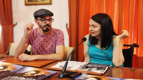 El mago Paco González y la concejal María Eugenia Cabezas