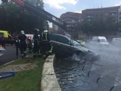 Un conductor sale ileso tras perder el control y empotrarse en la glorieta de Embajadores en Madrid