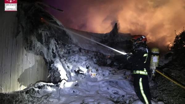 Extinción del camión incendiado en Nules