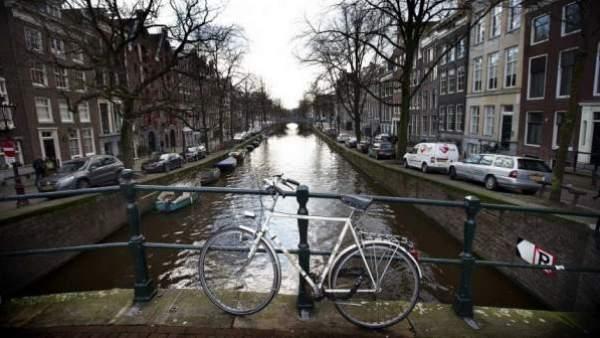 Vista de una bicicleta en el canal Keizersgracht de Amsterdam, en Holanda.