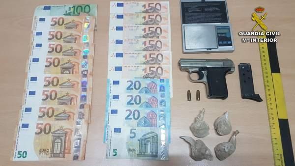 Heroína, armas y dinero incautado