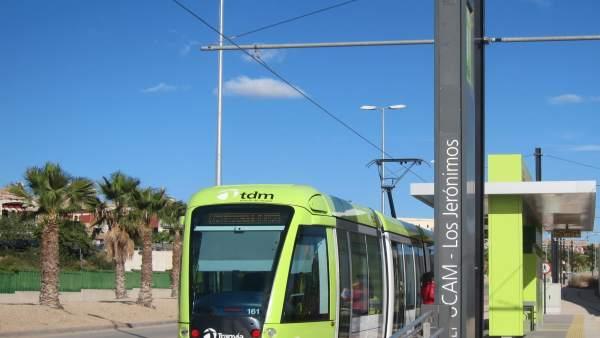 El tranvía en su parada en la UCAM