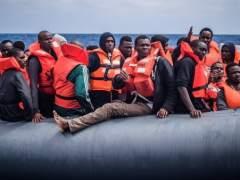 Refugiados en una lancha esperan a ser rescatados por miembros de la ONG SOS Méditerranée