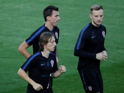 Modric, Rakitic y Mandzukic, en un entrenamiento con Croacia.