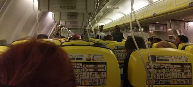 Al menos 33 hospitalizados por un descenso súbito de emergencia en un vuelo de Ryanair