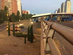 Un bus lanzadera del Mad Cool sin pasajeros queda suspendido de un puente