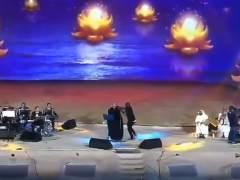 Una chica saudí es detenida por abrazar a un cantante en el escenario