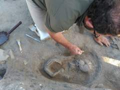 Uno de los arqueólogos que han hallado el esqueleto del niño de la época romana en Matabuey