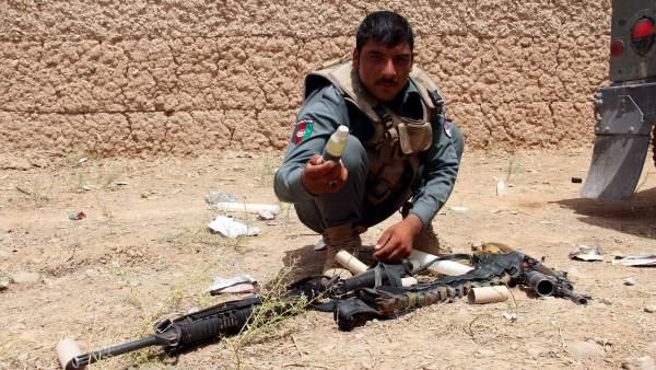 Inspecciona un chaleco bomba en Afganistán.