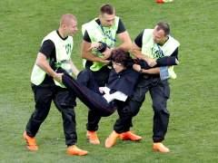 Cuatro espontáneos saltan al campo e interrumpen la final del Mundial