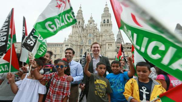 Rey Varela y Jesús Gamallo con niños saharuis del programa 'Vacacións en Paz'