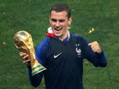 Griezmann, con la Copa del Mundo conquistada por Francia.