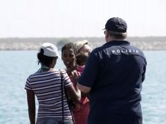 El Gobierno acogerá a 50 inmigrantes de los 450 rescatados en Italia