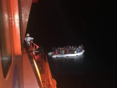 Embarcación rescatada por Salvamento y trasladada al Puerto de Motril (Granada)