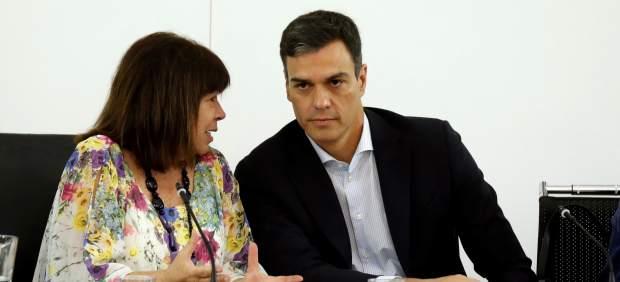 Pedro Sánchez, presidente del Gobierno, charla con Cristina Narbona, presidenta del PSOE, este lunes en Ferraz.